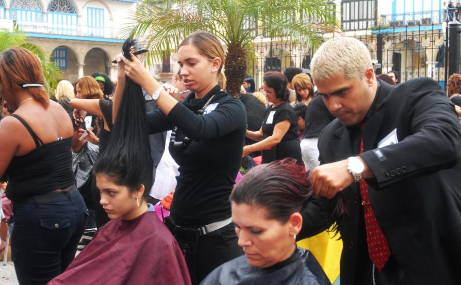 Peluqueros cubanos festejan su día.